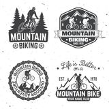 Progettazione d'annata di tipografia con l'automobile e rimorchio, mountain bike e siluetta della montagna Fotografia Stock Libera da Diritti