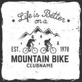 Progettazione d'annata di tipografia con l'automobile e rimorchio, mountain bike e siluetta della montagna Immagine Stock