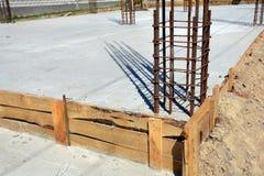 Progettazione dei fondamenti del cemento armato Costruito dai lavoratori Struttura del metallo immagini stock libere da diritti