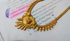Progettazione dei gioielli dei gioielli della collana dell'oro Fotografia Stock