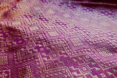 Progettazione del bello tessuto tradizionale, porpora e filo tailandesi dell'oro fotografia stock libera da diritti