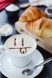 Progettazione del cappuccino della prima colazione - sorriso Fotografia Stock Libera da Diritti
