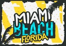 Progettazione del manifesto di estate di Miami Beach Florida con l'illustrazione delle foglie di palma Fotografia Stock