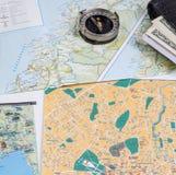 Progettazione del viaggio in Norvegia Mappe della Norvegia, della bussola e dei soldi immagini stock libere da diritti