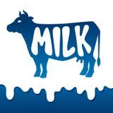 Progettazione dell'emblema della siluetta della mucca sui gocciolamenti di latte Fotografia Stock Libera da Diritti