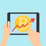 Progettazione dell'icona del Lat della linea freccia di uptrend che attraversa il bitcoin in compressa La linea freccia di Uptren Fotografie Stock Libere da Diritti