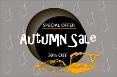 Progettazione dell'insegna di vendita di autunno con l'etichetta di sconto nel fondo variopinto delle foglie e di gocce di autunn Fotografia Stock Libera da Diritti