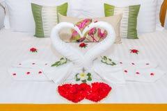 Progettazione della camera da letto con i cigni dall'asciugamano sul letto Fotografia Stock