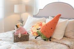 Progettazione della camera da letto del bambino con le bambole variopinte ed insieme dei cuscini Fotografie Stock