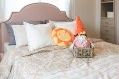 Progettazione della camera da letto del bambino con le bambole variopinte ed insieme dei cuscini Fotografia Stock Libera da Diritti