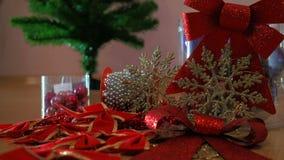 Progettazione della composizione Palla di Natale, archi del nastro, ornamenti di plastica dei fiocchi di neve di Natale di scinti stock footage