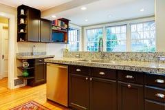 Progettazione della cucina. Gabinetti di legno neri, ripiano di marmo Fotografie Stock