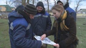 Progettazione della piantatura degli alberi giovani dai lavoratori nel parco L'ingegnere dà istruzioni ai lavoratori stock footage