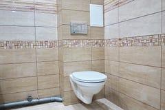 Progettazione della toilette con la toilette incorporata La toilette incorporata è fatta come installazione, tutti gli elementi,  fotografia stock libera da diritti