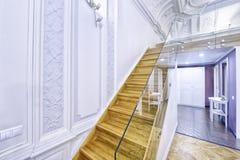 Progettazione delle scale in una casa ricca Fotografia Stock Libera da Diritti