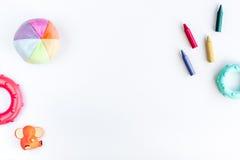 Progettazione dello scrittorio dei bambini con lo spazio bianco di vista superiore del fondo dei giocattoli per testo Fotografie Stock