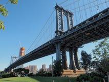 Progettazione di architettura: Sezione concentrare del ponte di Manhattan della torre dettagliatamente Immagine Stock