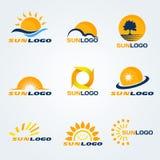 Progettazione di arte fissata vettore di logo di Sun (abbia gli alberi, le nuvole ed acqua a composizione) Immagini Stock