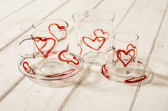 Progettazione di Crystal Drinking Set Red Hearts sul pannello di legno Immagini Stock Libere da Diritti