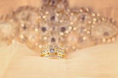 Progettazione di Diamond Cluster Ring In Modern e dell'oro con fondo scintillante immagini stock