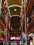 Progettazione di legno interna del World Trade Center del centro commerciale nella città di Abu Dhabi fotografia stock