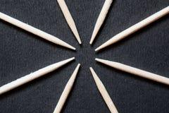 Progettazione di legno di stuzzicadenti su fondo nero fotografia stock