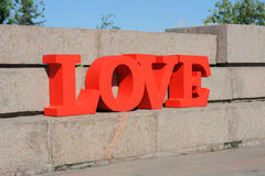 Progettazione di lettere rossa volumetrica moderna su amore che caratterizza tipografia 3d Fotografia Stock