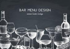 Progettazione di vettore con l'illustrazione disegnata a mano delle bevande Le bevande d'annata schizzano il fondo Retro modello  illustrazione di stock