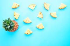 Progettazione esotica creativa della frutta, fetta dell'ananas sulla parte posteriore blu di colore Immagini Stock
