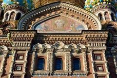 Progettazione esteriore della chiesa sul sangue rovesciato a St Petersburg immagini stock libere da diritti