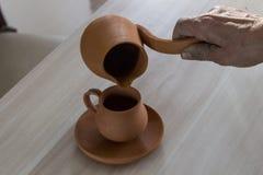 Progettazione fatta a mano tradizionale della tazza del caffè turco da argilla Fotografie Stock Libere da Diritti