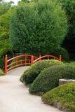 Progettazione giapponese del giardino con il ponte e le piante Fotografie Stock