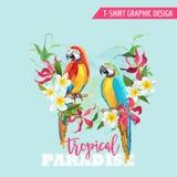 Progettazione grafica tropicale Uccello del pappagallo e fiori tropicali Maglietta illustrazione di stock