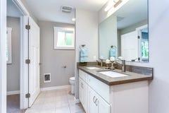 Progettazione grigia e bianca elegante del bagno fotografia stock libera da diritti