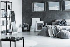 Progettazione grigia minima della camera da letto Fotografie Stock Libere da Diritti