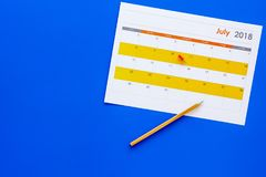 progettazione Indichi la data in calendario dall'a pressione Definisca l'obiettivo Scelga la data Calendario sulla copia blu di v fotografie stock libere da diritti