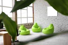 Progettazione interessante su un fondo dei mattoni bianchi con la decorazione verde Fotografia Stock Libera da Diritti