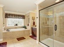 Progettazione matrice del bagno con le mattonelle beige immagini stock libere da diritti