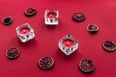 Progettazione matura della frutta fresca su fondo rosso Fotografie Stock