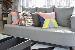 Progettazione moderna del salone con i cuscini variopinti sul sofà Fotografie Stock