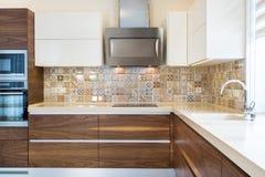 Progettazione moderna della cucina ad una luce, interno luminoso immagini stock libere da diritti