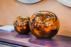 Progettazione moderna della stanza Vasi decorativi rotondi di rame immagini stock libere da diritti