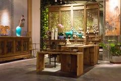 Progettazione moderna - l'interno, finestra ha acceso la mobilia di legno, manifestazione Immagine Stock