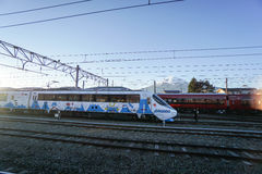 Progettazione sveglia del treno ferroviario con il chiarore della lente preso alla stazione ferroviaria di Kawaguchiko Fotografie Stock