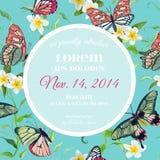 Progettazione tropicale del modello dell'invito di nozze con le farfalle ed i fiori esotici Conservi la carta floreale della data Fotografia Stock Libera da Diritti