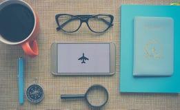 Progettazione un viaggio o dell'avventura Dollari di fondo dei soldi Penna, occhiali e grafici Sogni di pianificazione di viaggio fotografia stock libera da diritti