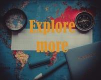 Progettazione un viaggio o dell'avventura Dollari di fondo dei soldi Penna, occhiali e grafici Sogni di pianificazione di viaggio immagini stock