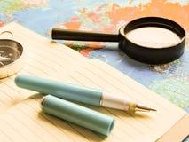 Progettazione un viaggio o dell'avventura Dollari di fondo dei soldi Penna, occhiali e grafici Sogni di pianificazione di viaggio fotografie stock libere da diritti