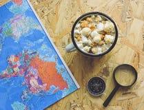 Progettazione un viaggio o dell'avventura Dollari di fondo dei soldi Penna, occhiali e grafici Sogni di pianificazione di viaggio fotografia stock