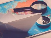 Progettazione un viaggio o dell'avventura Dollari di fondo dei soldi Penna, occhiali e grafici Sogni di pianificazione di viaggio immagine stock libera da diritti